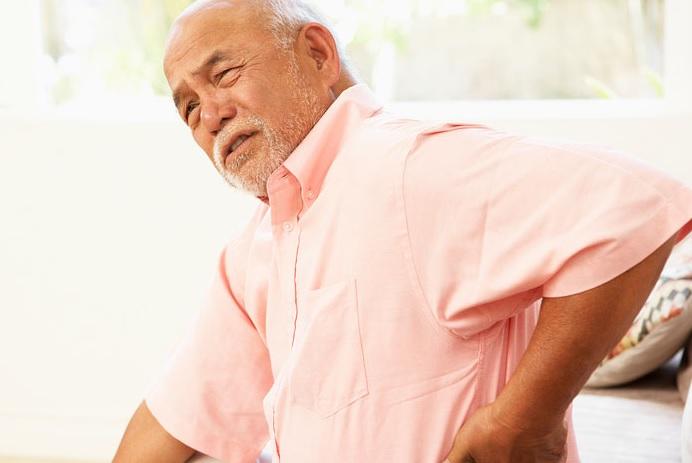 Что может болеть со спины под лопаткой