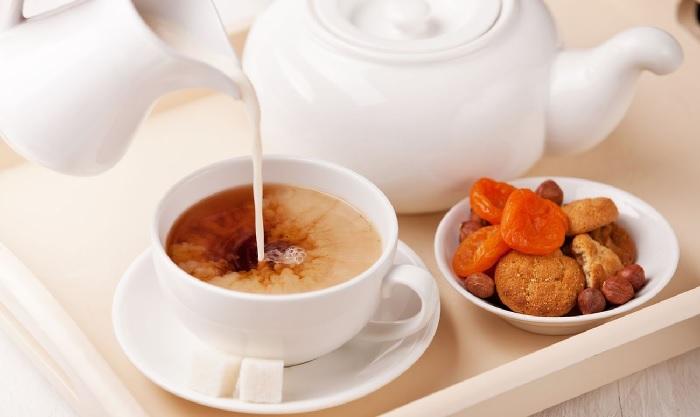 Добавление молока в чай