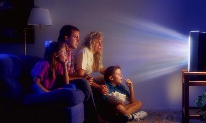 Вредно смотреть телевизор без света