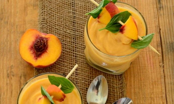 Напиток со спелыми персиками и кусочками бананов
